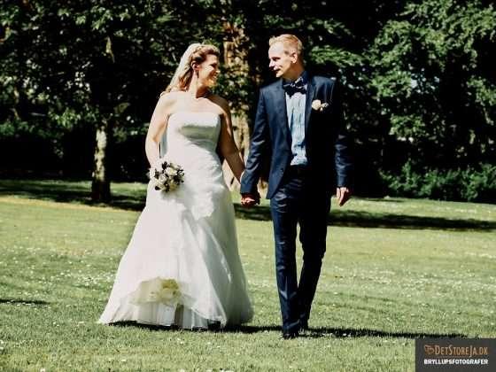 bryllupsfotograf brudepar går hånd i hånd
