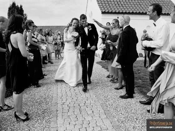bryllupsbilleder bryllupsfotograf brudepar kirkegangen riskast
