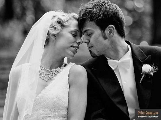 fotograf til bryllup brudepar med lukkede øjne