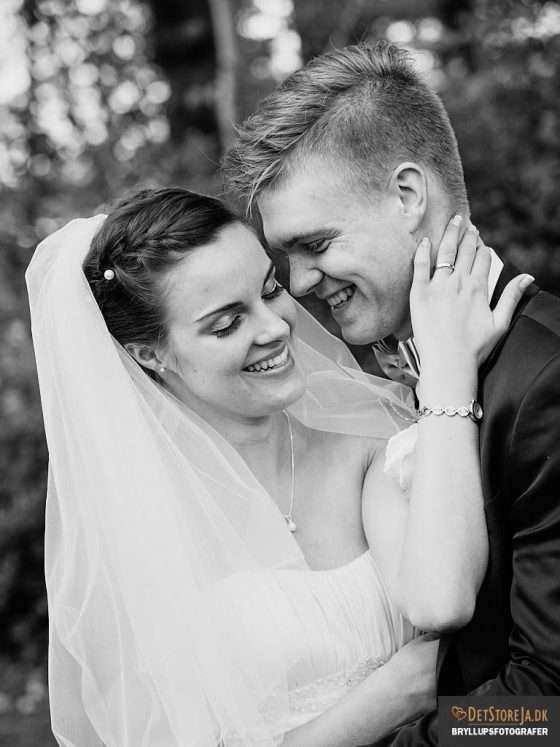 bryllup fotograf brudepar-omfavnelse fra siden