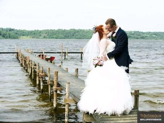 bryllupsfotograf brudepar på badebro