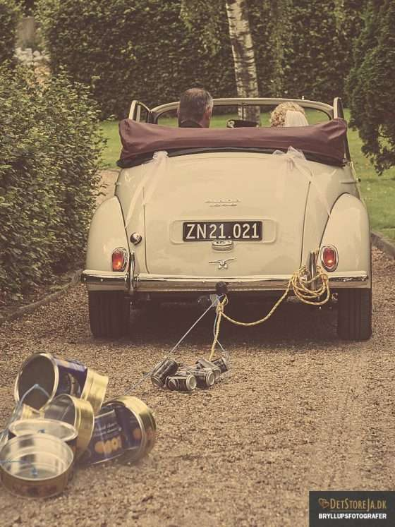 bryllupsbillede brudepars bil med kagedåser