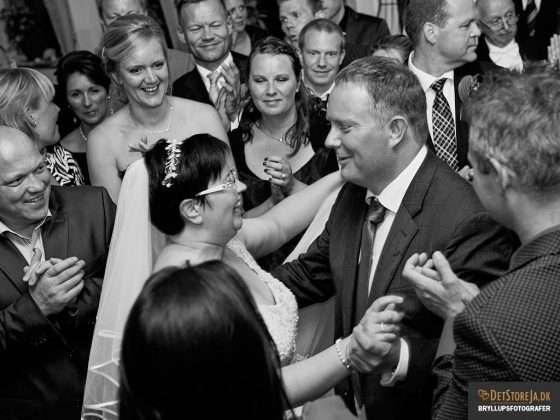 bryllupsbillede brudevals venner omkring