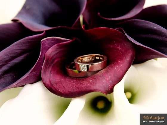 bryllupsfotograf close up af buket med vielsesringe