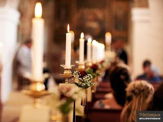 bryllupsbillede detalje fra kirke lys