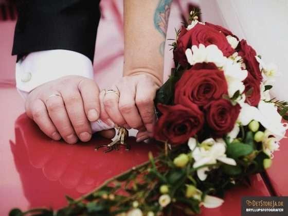 bryllupsfotograf detaljebillede af brudepars hænder og buket