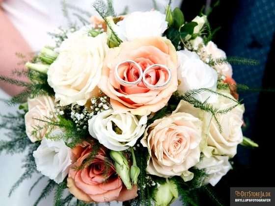 bryllupsfotograf ferskenfarvet brudebuket med vielsesringe