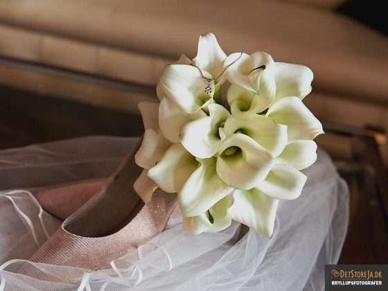 bryllupsfotograf halssmykke blomst brudesko