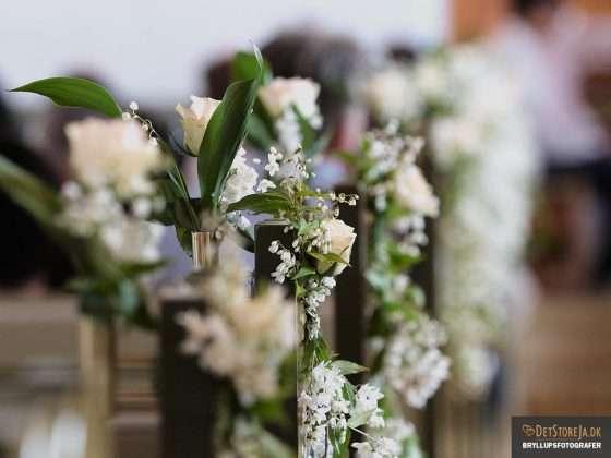 bryllupsfotograf kirke blomsterdekoration