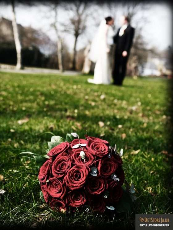 fotograf til bryllup rød brudebuket
