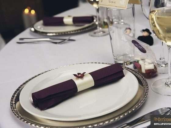 bryllupsmiddag serviet borddækning tallerkener