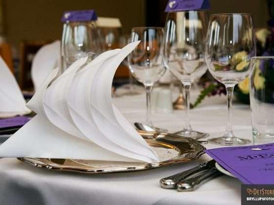 bryllupsmiddag serviet på bord