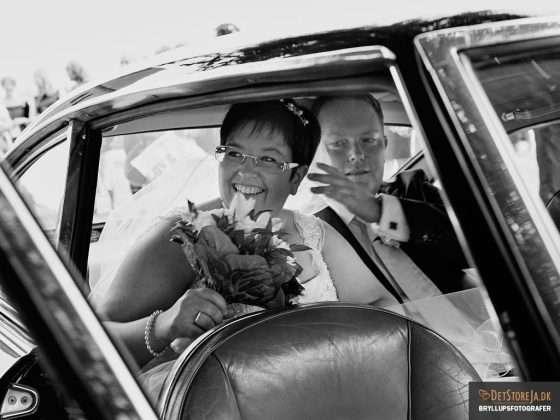 bryllupsfotograf smilende brud i bil