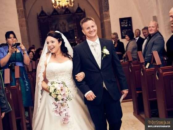 bryllupsbillede smilende brudepar kirkegulv