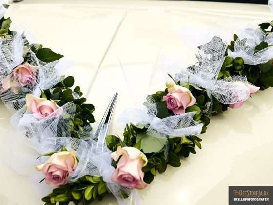 bryllupsbillede smukt pyntet bil med blomster