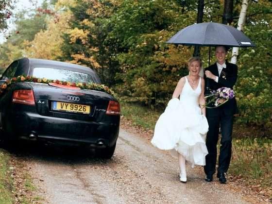 fotograf bryllup regnvejr paraply
