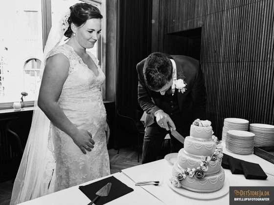 fotograf til bryllup aarhus kageskaering