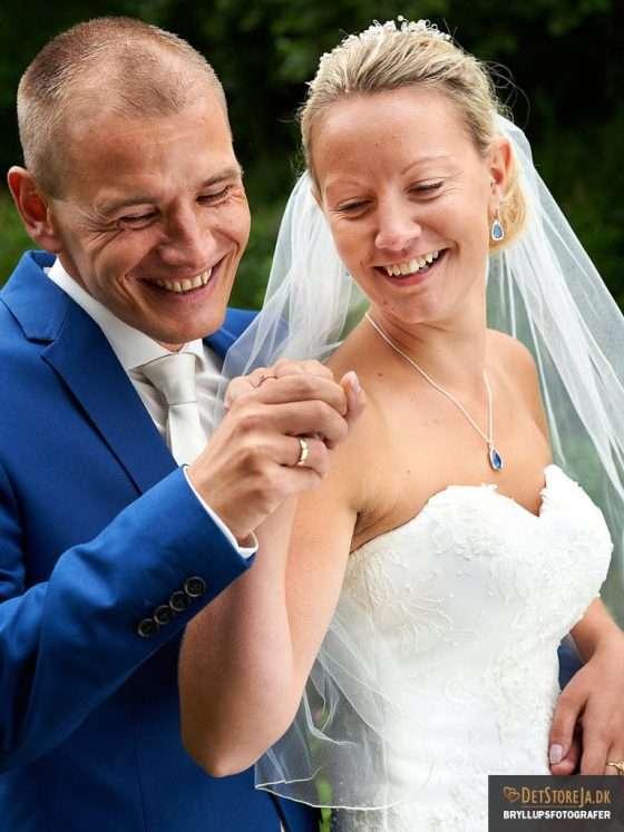 fotograf til bryllup ringe smil