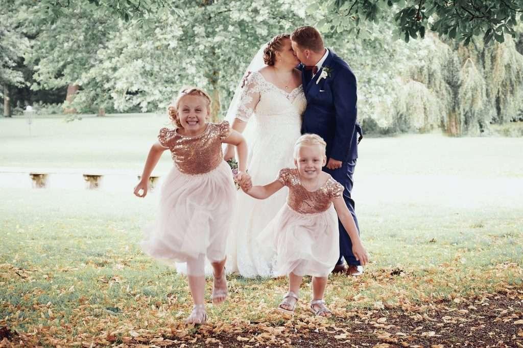 bryllupsvideo brudepar med boern