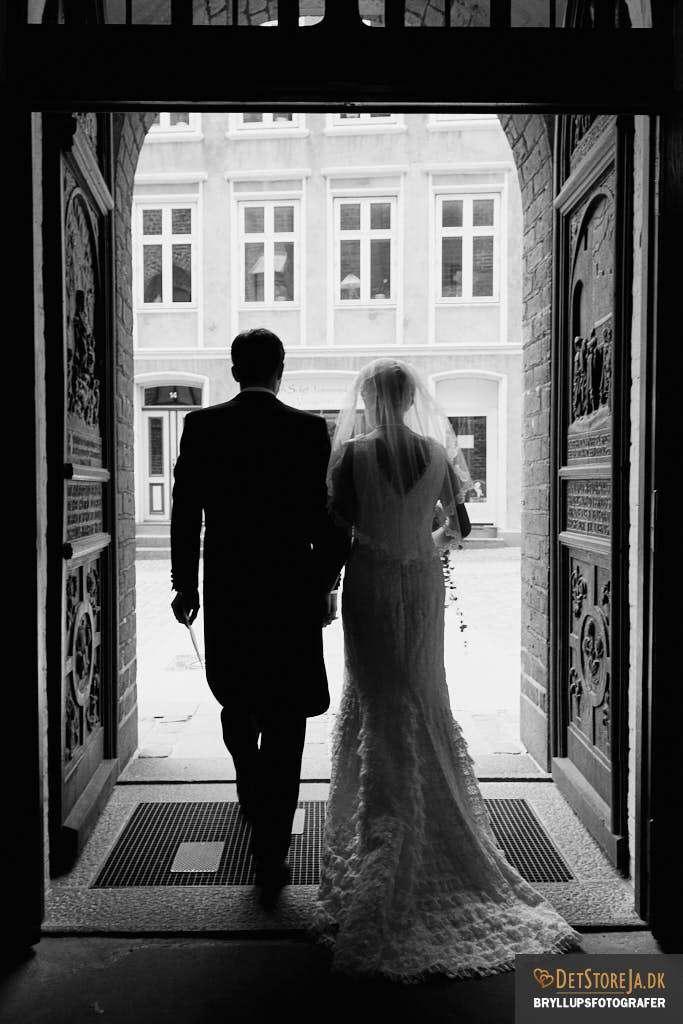 brylluspfotograf randers brudepar udgang kirke