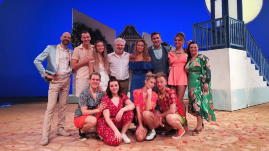 Enthousiast publiek swingt mee op ABBA-hits tijdens première 'MAMMA MIA!'