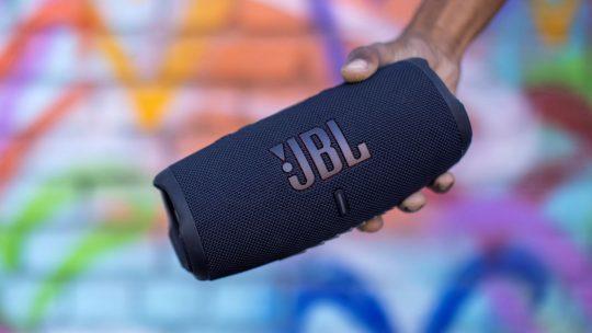 De waterbestendige en stofdichte JBL Charge 5 laat je altijd en overal genieten van de beste muziek