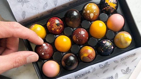 Heerlijke handgemaakte bonbons in de brievenbus met 'Chocoladebezorgd'