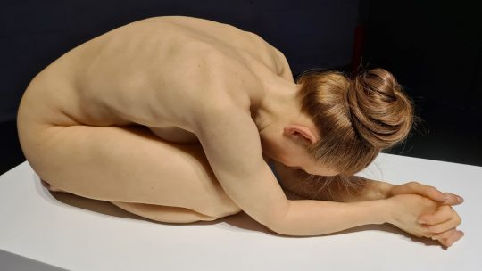 Ceci n'est pas un corps: 'Hyperrealism Sculpture' zaait twijfel met levensechte kunstwerken