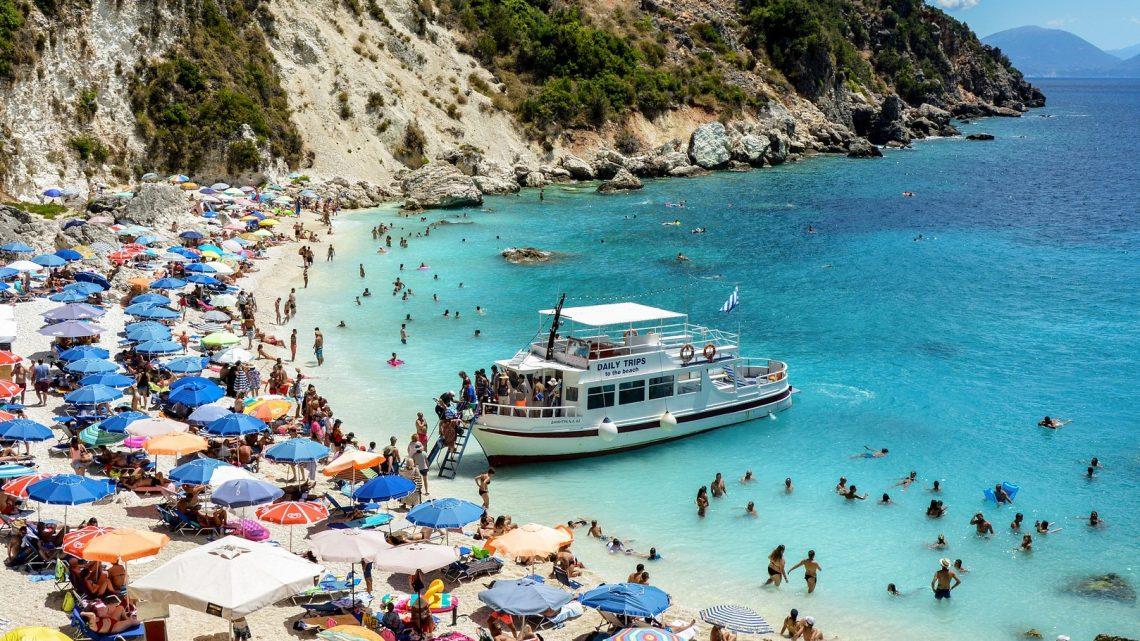 Natte zomer doet Belgen massaal naar de Griekse zon trekken