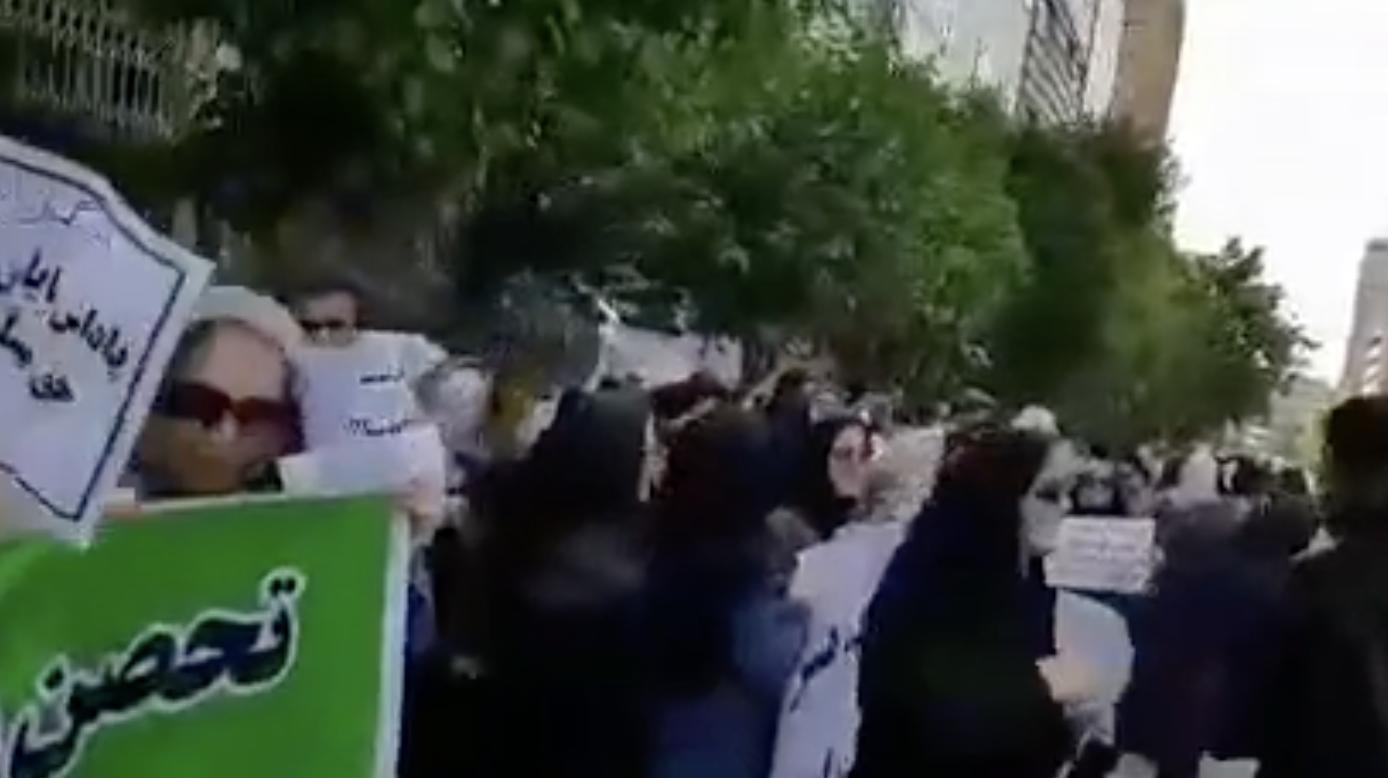 تجمع فرهنگیان و بازنشستگان آموزش و پرورش برای مطالبات معوقه خود – ۸ خرداد
