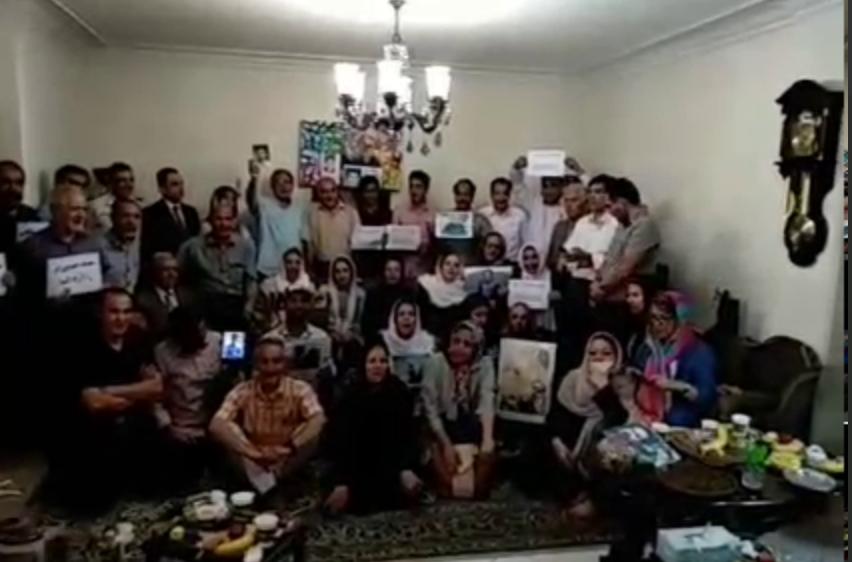 «مرغسحر»خوانی خانوادههای زندانیان و جانباختگان سیاسی در سالروز ۱۸ تیر در خانه خانواده سعید زینالی