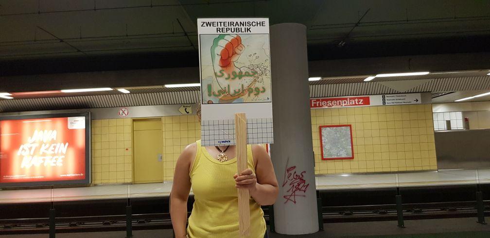 شعار «جمهوری دوم ایران» در تظاهرات در حمایت از اعتراضات مردمی در ایران – در شهر کلن آلمان – ۴ اوت