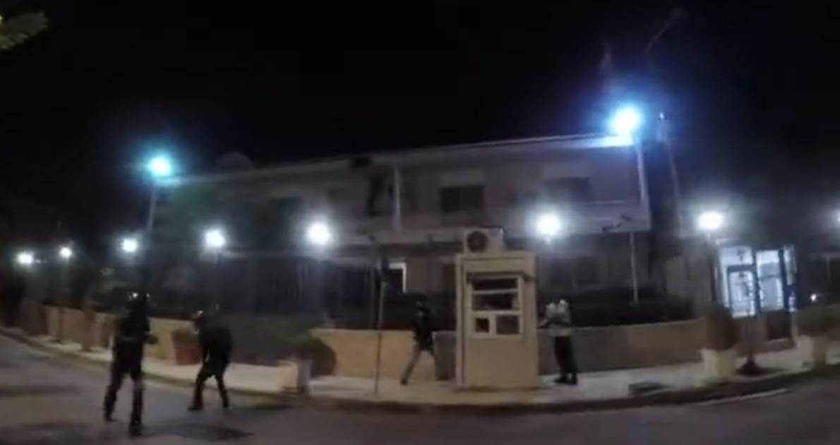 حمله جمعی از جوانان ایرانی به سفارت رژیم در آتن (یونان) با بطری حاوی رنگ