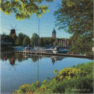 Disktrasa med motiv av Strängnäs gästhamn Kjell Mari Ekvall