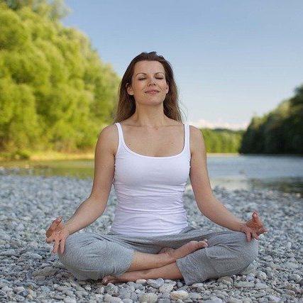 Lær en simpel vejrtrækningsøvelse mod angst og stress. 6-6 vejrtrækning virker beroligende på nervesystemet. Kan virke beroligende både mentalt og kropsligt.
