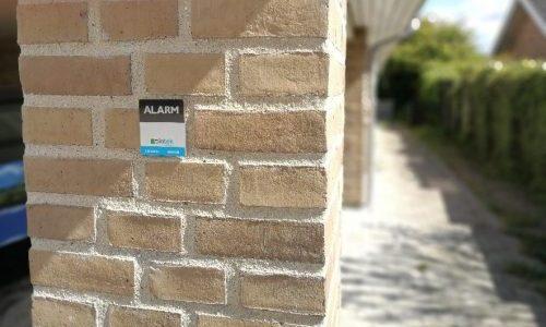 Alarmskilt monteret på villa ud mod vejen hos kunde, som valgte at investere i sit eget alarmsystem uden abonnement fra Diotek, og spare mange penge.