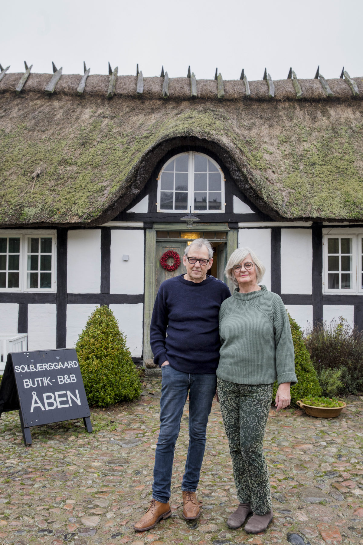 LAURA JOHANNE BANG OG PETER GABEL-JENSEN, 69 og 70 år, bed and breakfastværter