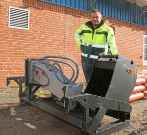 Det nyudviklede skovlstativ er lige til at tage med på maskinens dozerblad. Scantruck har selv udviklet og produceret det, og det er Michael Nielsen og Skive Anlæg & Entreprenør, der har sikret det første eksemplar.