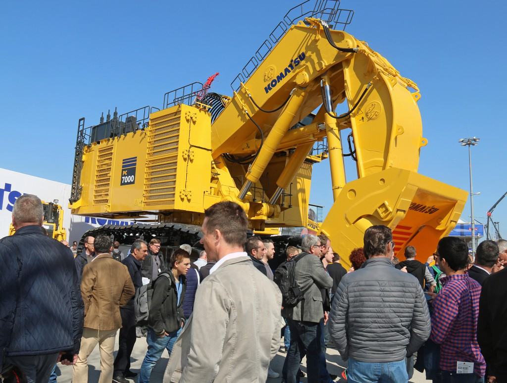Komatsu har også forstået det dér med stor messe. Så skal der også en stor gravemaskine med. 677 tons vejer denne Komatsu PC7000-6, som rummer 36 kubikmeter i skovlen.