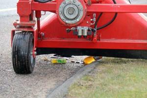 Stort og småt ryger med op i opsamlingsbeholderen, når Unimog'en kommer forbi med sit kraftige sug. Det er afpasset til også at kunne snuppe en halvanden liters fyldt flaske.
