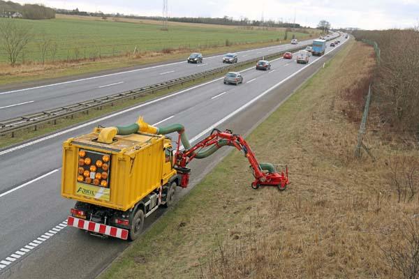 Med en kapacitet på 12 kubikmeter i opsamlingsbeholderen skal der kun tømmes én gang om dagen. Nemlig når chauffør Karsten Nissen har afsluttet dagens opsugning langs statsvejene.