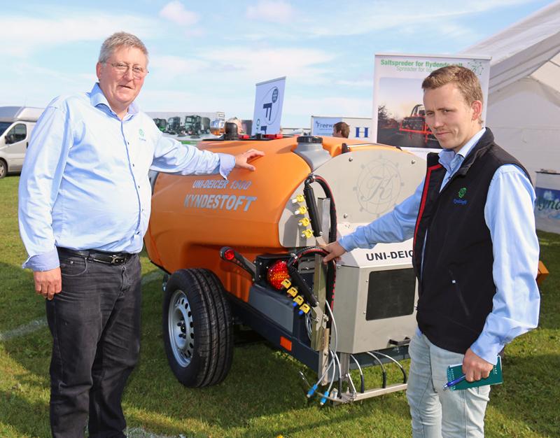 Albert Hedegaard og sønnen Daniel ved den nye Kyndestoft Uni Deicer 1500, som de præsenterede på udstillingen Maskiner under Broen ved Middelfart.