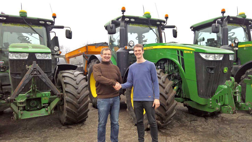 Otto Bossen og Søren Haahr Gad (t.h.) giver hinanden håndslag på overtagelsen af Bredbro Maskinstation A/S fra nytår 2017.
