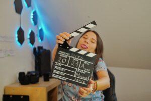 Produzentin Tamara Kollmeder mit Filmklappe
