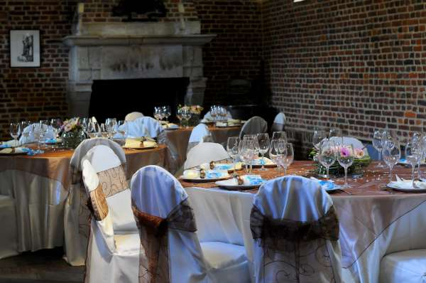 Verhuur feestmaterialen zoals tafels, stoelen, licht & geluid