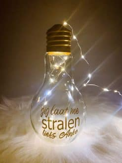 "Lamp in glas met tekst en naam - ""jij laat me stralen liefs ..."""