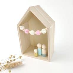 Huisje voor houten poppetjes met gekleurd slingertje