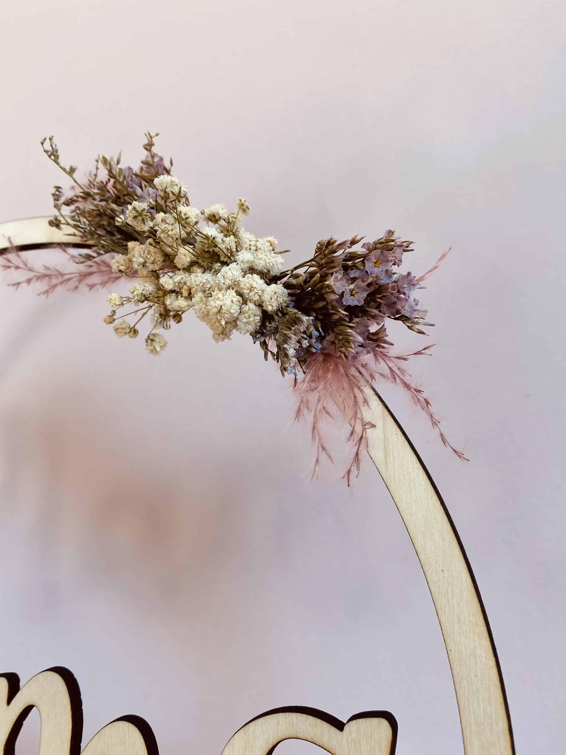 Naamcirkel op voet met droogbloemen
