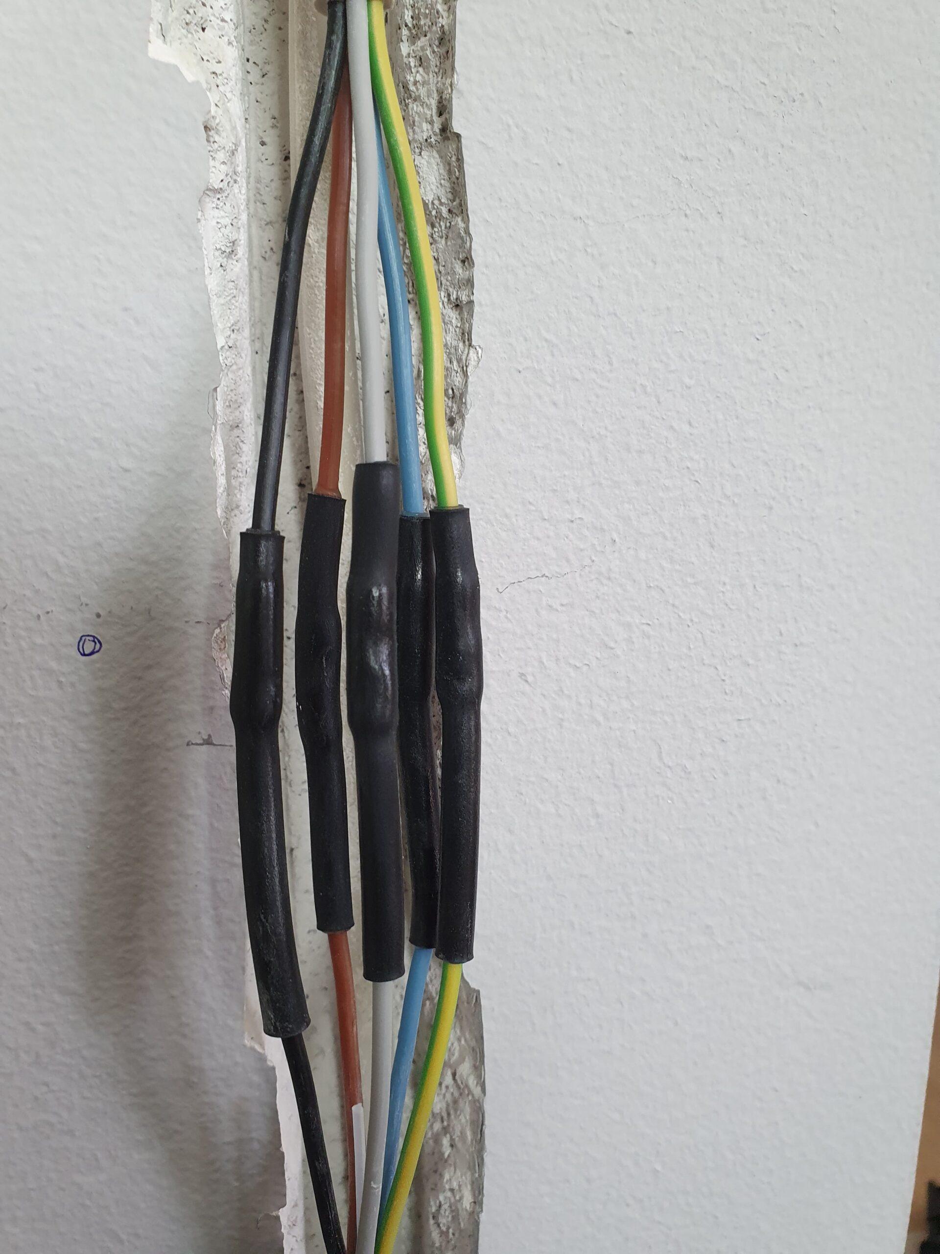 Plast og gummi svejs over ledninger som er blevet boret ind i