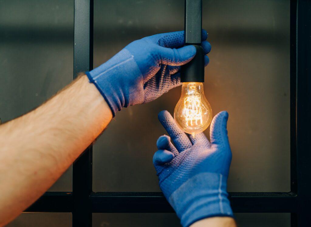 Elektriker Valby monterer lampe